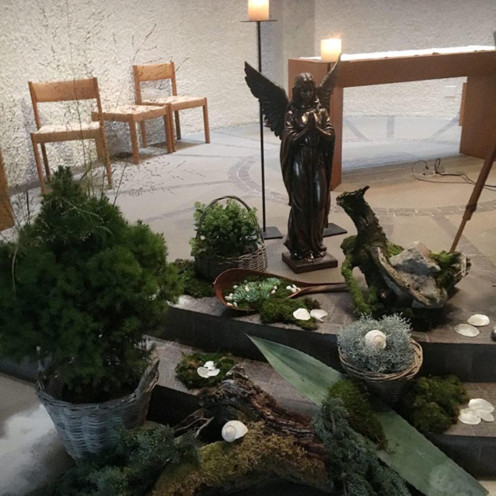 Engel mit Blumen und Kerzen