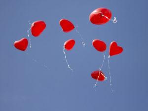 Ballons die in den Himmel steigen