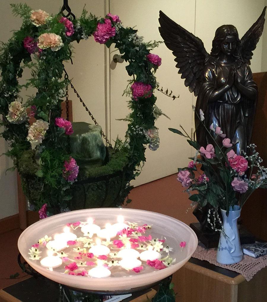 Engel mit Blumen und Kerzenschale