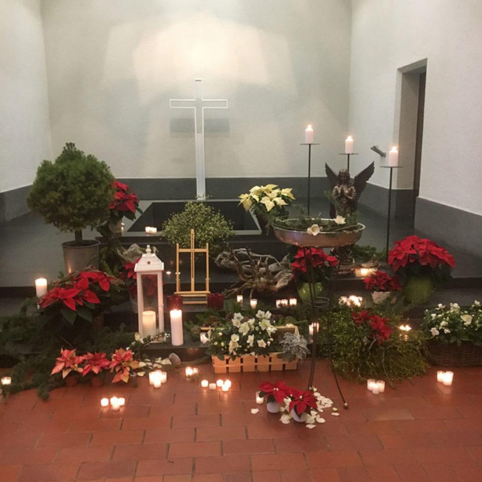 Blumenschmuck in Kapelle
