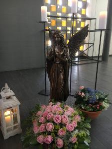 Engel mit Blumenschmuck in Kapelle