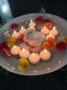 Kerzen in Wasserschale mit Rosen