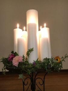 Acht Kerzen in Blumenschale