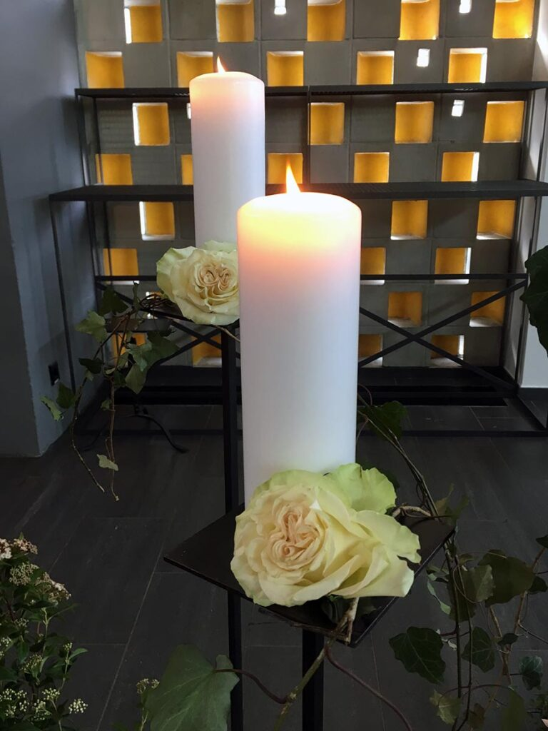 Zwei Kerzen in Kappelle